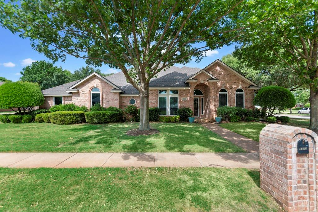 8353 Thornhill Dr, North Richland Hills, TX 76182